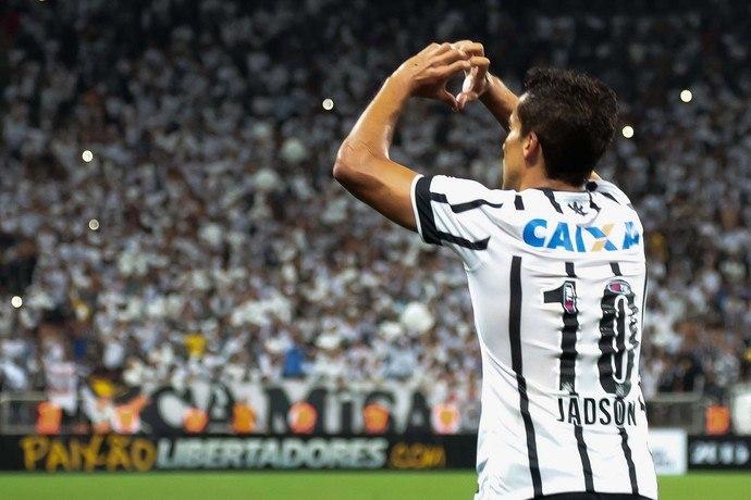 Médico do Corinthians freia reestreia de Jadson: 'Engordou um pouquinho'