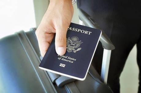 Os estrangeiros podem obter vistos EB-5, que é basicamente um status de morador, investindo US$ 500 mil