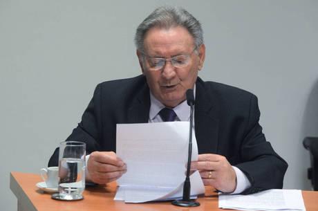 Deputado Ulysses Tassinari lê relatório da CPI