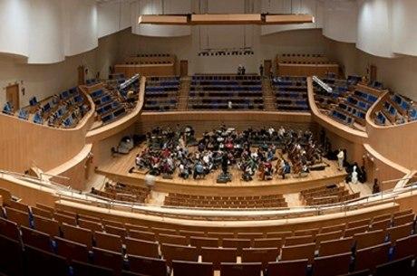 Painéis no teto, músicos e até o público podem ter posição alterada para adequar concerto à melhor acústica