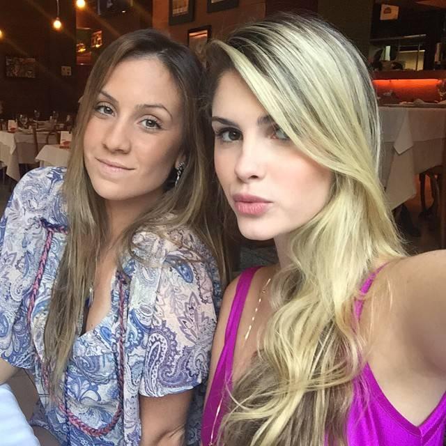"""Saia justa! Bárbara Evans publica foto ao lado de amiga e seguidores não perdoam: """"Cadê o Cauã?"""""""