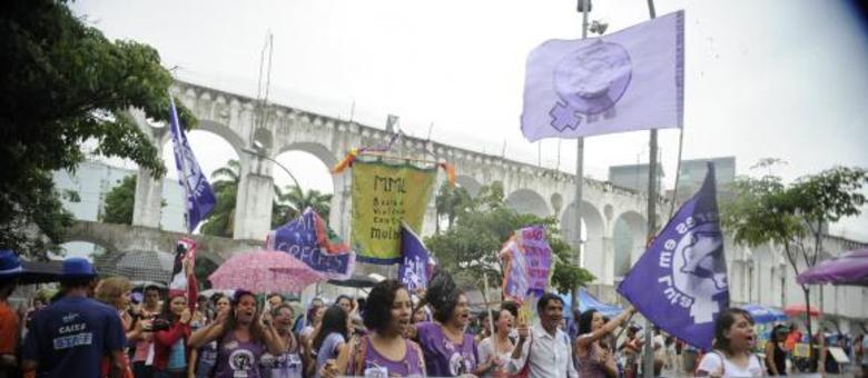 Em desfile no Rio, Bloco Arrastão Feminista defende os direitos das mulheres e protestam contra a violência