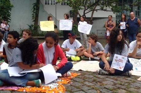 Alunos fazem protesto no Cap-UFRJ