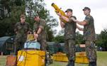 Militares treinam como derrubar aviões com bazuca em simulador de artilharia antiaérea aviação FAB Defesa aeronave canhão tiro