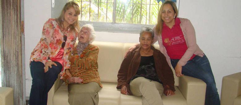 Sofá proporcionará mais conforto para as idosas