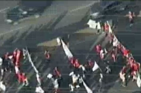 Manifestantes seguem em direção à refinaria da Petrobras em Betim