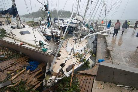 Ciclone Vanuatu arrancou telhados de casas e derrubou árvores