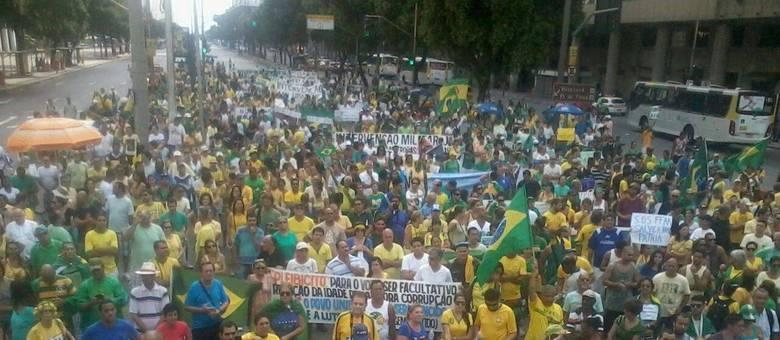 Grupo protesta contra o governo Dilma e pede intervenção militar na Candelária, no centro do Rio de Janeiro