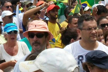 Manifestantes se concentraram no Farol da Barra e seguiram pela Orla de Salvador