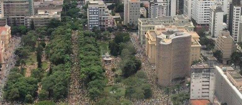 Ao meio-dia, 24 mil pessoas estavam na praça da Liberdade, região centro-sul de Belo Horizonte