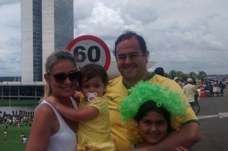 Família participa de protesto neste domingo