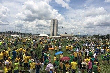 45 mil lotam a esplanada dos Ministérios em ato contra o governo