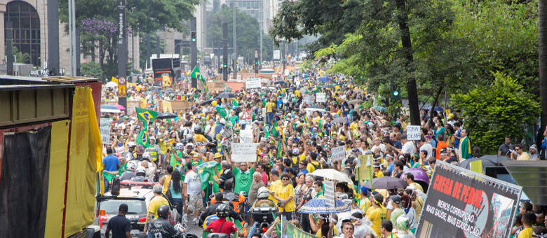 Usando camisetas verdes e amarelas, os manifestantes foram apoiar o ato contra a presidente Dilma e o PT