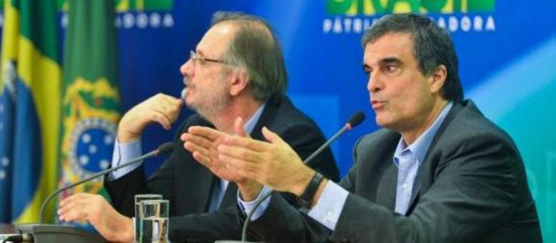 """Cardozo (à direita) e Rossetto falam no Palácio do Planalto: """"Governo admite divergências dentro da ordem democrática, mas repudia atitudes de golpismo"""""""