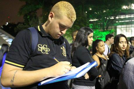 Estudantes pensam em trancar a faculdade, caso não consigam se inscrever no programa de financiamento