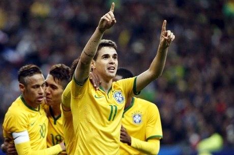 Oscar empatou para o Brasil no primeiro tempo após boa tabela
