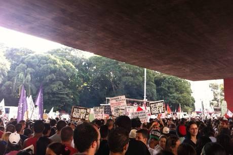 Milhares de professores votam pela continuidade da greve hoje (27)
