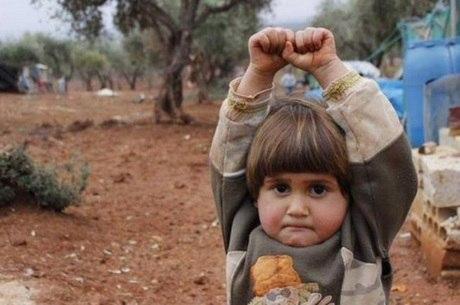 Menina síria se rende ao confundir câmera com um rifle