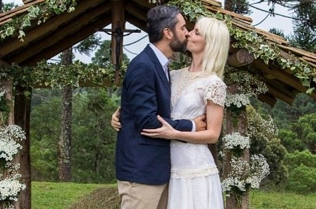 Ana Claudia Michels e Arruda Botelho se beijam