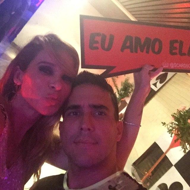 Em clima de intimidade, André Marques e Dany Bananinha vão embora juntos de aniversário de Anitta