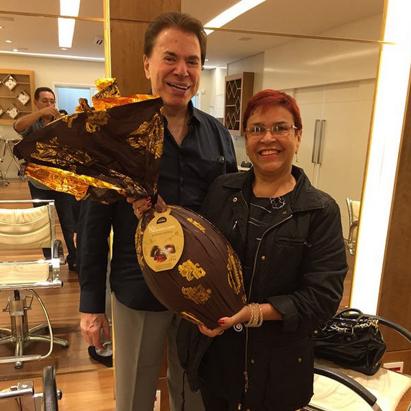 Generoso! Silvio Santos entrega ovo de Páscoa gigante