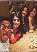 Neymar comemora vitória da Seleção Brasileira com três modelos