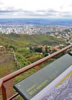 Com vista privilegiada para toda a cidade, o Parque da Serra do Curral tem trilhas incríveis e dez mirantes. O caminho principal tem 2,3 km de extensão a 1.380 metros de altitude. Podem ser vistas 125 espécies de aves no local<br>