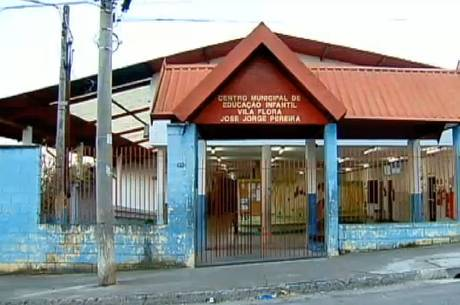 Escola funciona ao lado de terreno contaminado