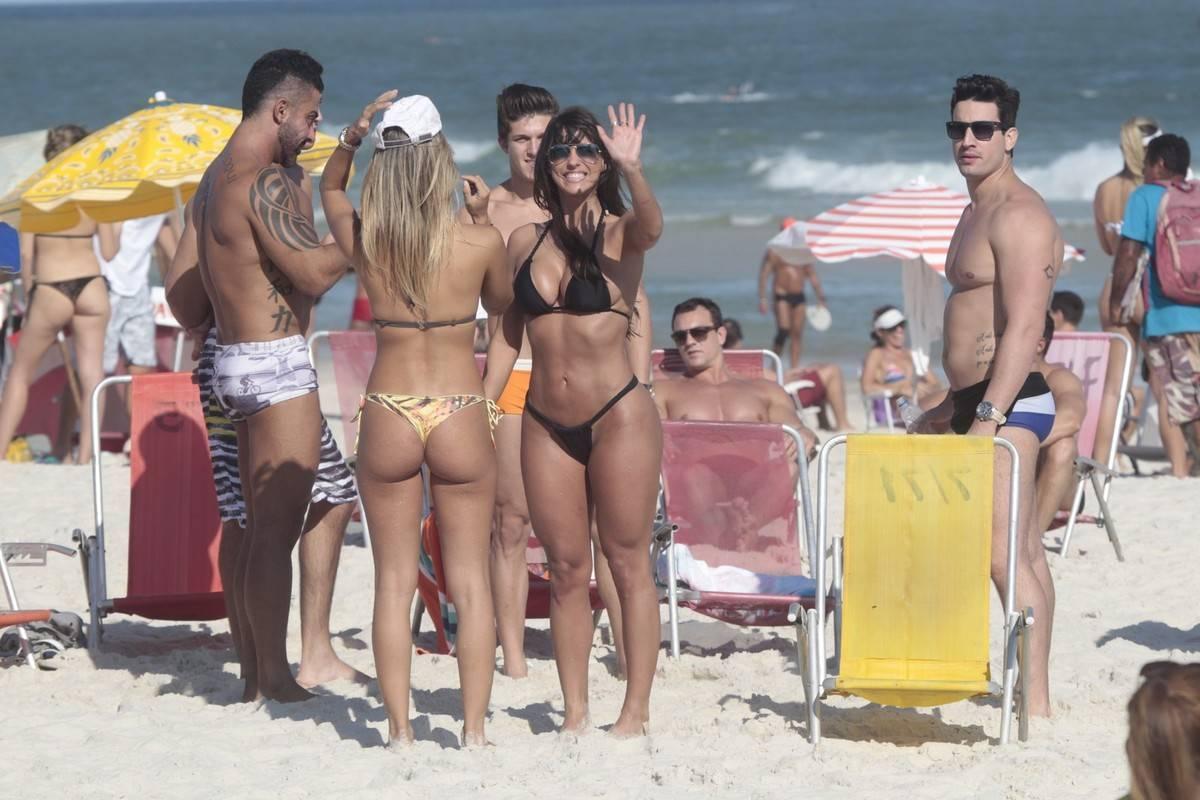 acc5de94939d ... Carol Dias curtiu o sábado ao lado de amigos em uma praia do Rio de  Janeiro ...
