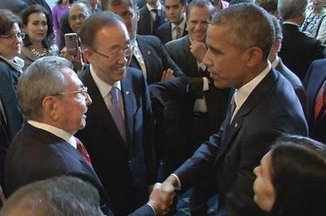 Presidente dos Estados Unidos, Barack Obama, e de Cuba, Raúl Castro,  após retomada de relações entre países