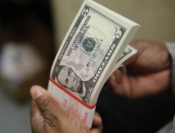 Vai viajar? Dólar turismo supera R$ 4 nas casas de câmbio
