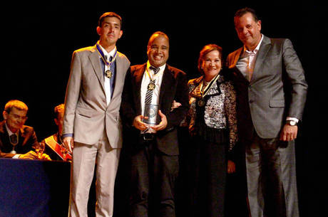 Miguel Arcanjo Prado (segundo a partir da esq) recebe Medalha Cruz da Referência Nacional , ao lado da mãe de Renato Russo, Carmem Manfredini, à sua direita; Portal R7 levou Prêmio Referência Nacional