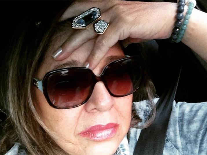 98a46d3a0 ... A cantora também adora usar acessórios, combina óculos charmosos com  bonés e chapéus<br ...