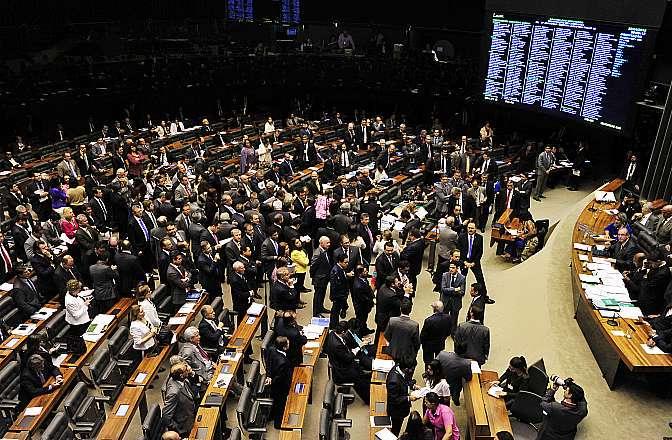 Aprovado pela Câmara, projeto que libera terceirização de atividade principal de empresas vai ao Senado