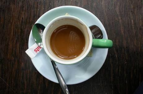 A cafeína e o ácido cafeico teriam bloqueado o crescimento das células cancerígenas, diz estudo