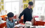 China_carrega_costas_alunos_escola_educação