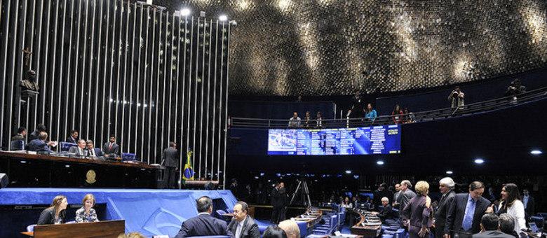 O plenário do Senado, com a mesa diretora à esquerda e o painel eletrônico onde aparecem os votos dos senadores