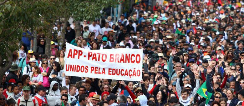 Parte dos manifestantes se encontra na região do Centro Cívico, próximo ao prédio da Assembleia Legislativa