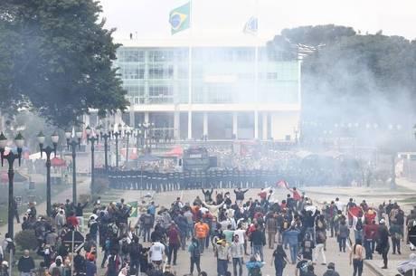 """Definido por manifestantes como """"praça de guerra"""", confronto ocorreu em frente ao Palácio Iguaçu, sede do governo do PR"""