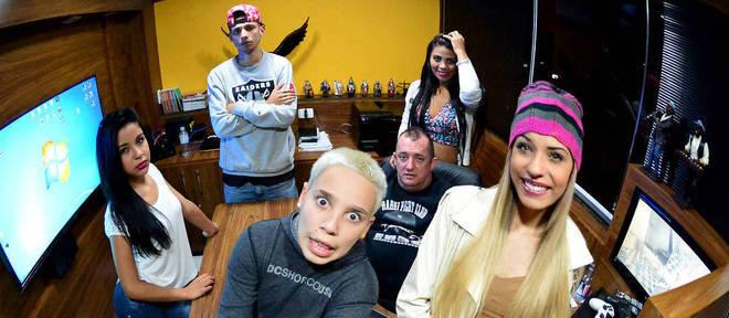 MCs Pikachu, Princesa e Plebeia, 2K e Nina Capelli ao lado do empresário Emerson Martins