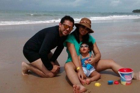 Nicole curte a praia com os pais depois de ter o embarque para o Nordeste assegurado pela Justiça do DF
