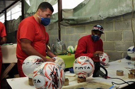 Quarenta e um presos trabalhão no galpão de produção de bolas no Complexo  Penitenciário Nelson Hungria 4d46753f656ee