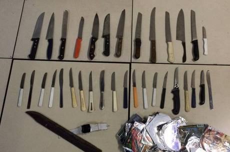 No sábado (23), a polícia encontrou 34 facas escondidas em uma praça de Cascadura, zona norte do Rio de Janeiro