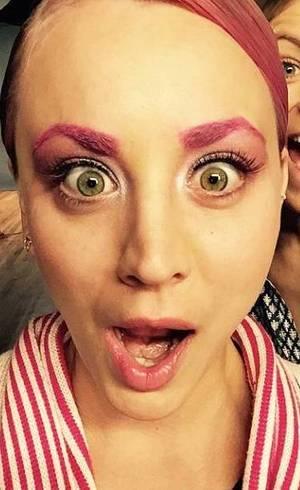 Kaley Cuoco pinta cabelo e sobrancelhas de cor-de-rosa