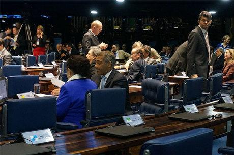De costas para a foto, Romário recolhe assinaturas de outros senadores