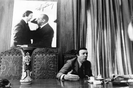 José Maria Marin, em seu gabinete, como governador de São Paulo, em 1982. Ao fundo, a foto com o aliado Paulo Maluf