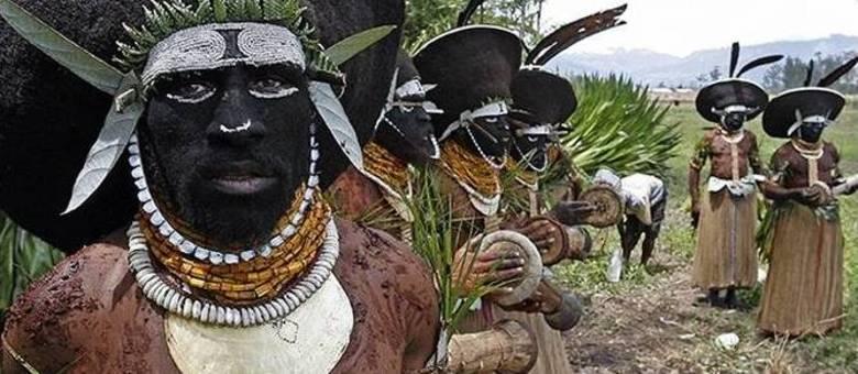 Na foto, uma das tribos da província de Enga