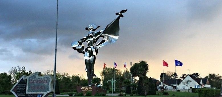 Nas estradas próximas a Caen, na Normandia, esculturas celebram a paz