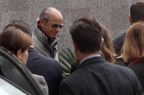 Otavio Marques Azevedo, presidente da Andrade Gutierrez, sendo conduzido pela Polícia Federal
