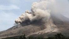 Vulcão na Indonésia entra em erupção e faz 10 mil pessoas deixarem suas casas